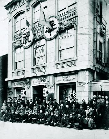 創業当時の神戸本店(店前に全スタッフが並ぶ)