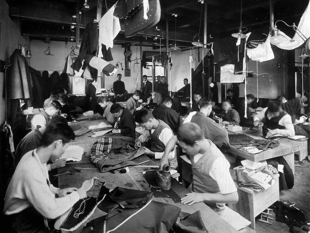 50〜60人の職人が洋服を仕立てている3Fの工場
